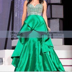 BEAUTIFUL Mac Duggal Gown